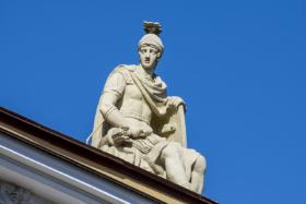 Сульптура на здании Главного Адмиралтейства в Санкт-Петербурге / Sculpture on Admiralty Building in Saint Petersburg / © Florstein CC BY-SA 4.0, FAL