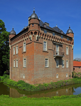 Замок Лоерсфельд в Керпене, Германия / Loersfeld Castle in Kerpen, Germany / © A.Savin CC BY-SA 4.0, FAL