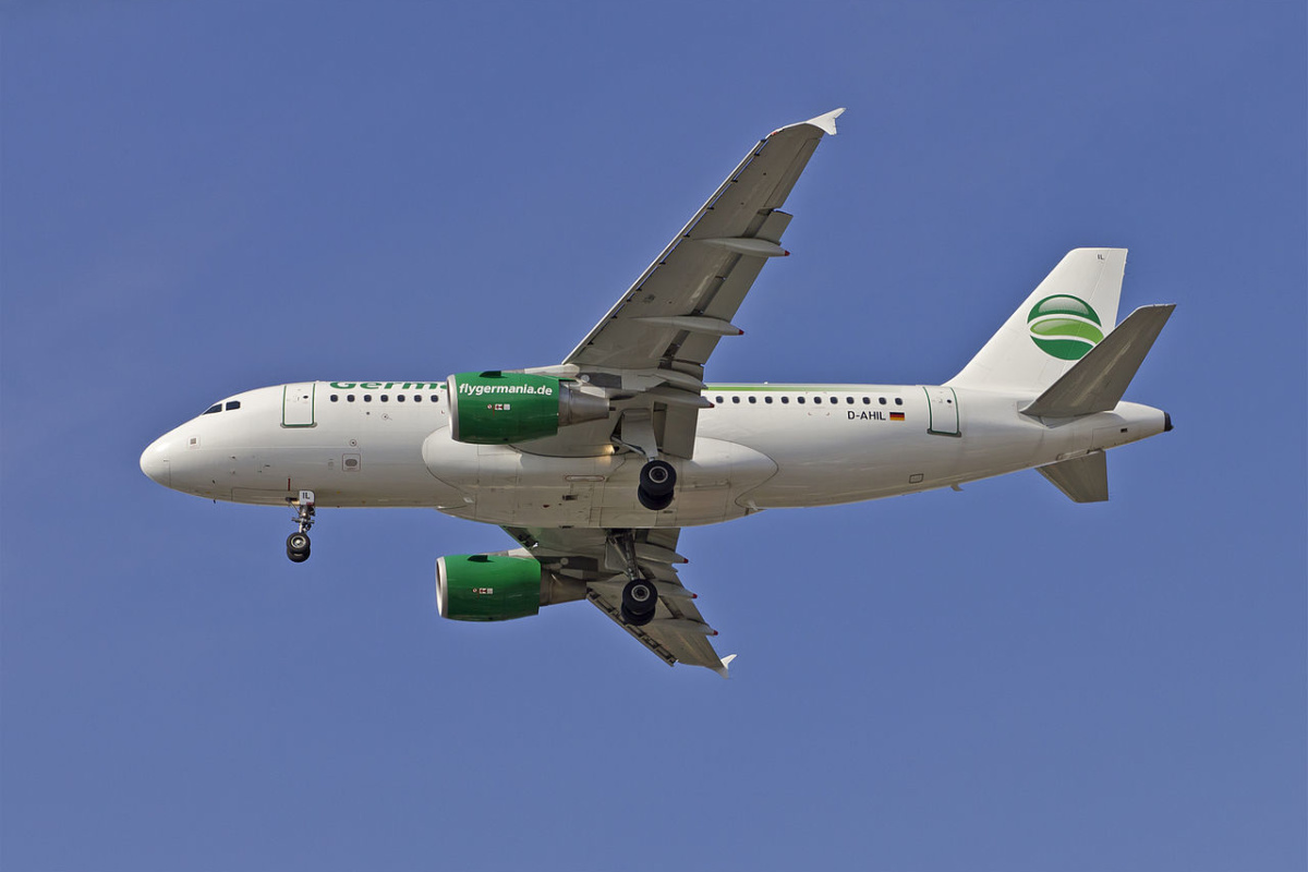 Пассажирский самолёт D-AHIL / Germania passenger aircraft D-AHIL approaching Berlin-Tegel / © A.Savin CC BY-SA 4.0, FAL