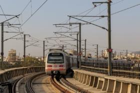 Поезд метро у железнодорожного вокзала в Джайпуре, Индия / Metro train at railway station in Jaipur, India