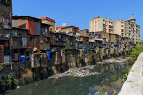 Район Дхарави близ станции Mahim Junction в Бомбее, Индия / Dharavi settlement near Mahim Junction in Mumbai, India