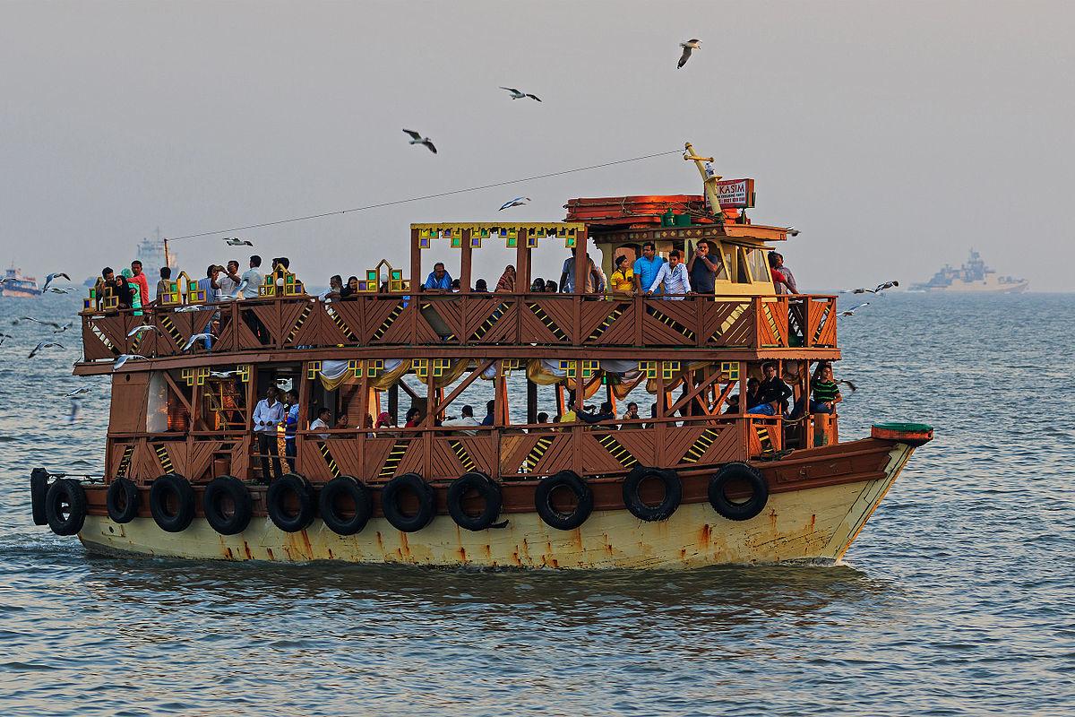 Паромное судно близ причала в Бомбее, Индия / Ferry ship near the Gateway of India in Mumbai, India