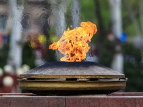 Вечный огонь у воинского мемориала на площади Победы в Бишкеке, Киргизия / Eternal flame of the war memorial at Victory Square in Bishkek, Kyrgyzstan / © A.Savin CC BY-SA 4.0, FAL