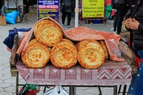 Лоток с лепёшками на рынке в Канте, Чуйская область, Киргизия / Local breads at a street market in Kant, Chuy Region, Kyrgyzstan / © A.Savin CC BY-SA 4.0, FAL
