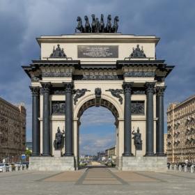 Триумфальные ворота на площади Победы в Москве / Triumphal Gate at Victory Square in Moscow / © A.Savin CC BY-SA 4.0, FAL