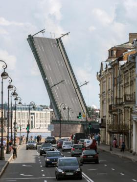 Разведённый Литейный мост в Санкт-Петербурге / Drawn Liteyny Bridge in Saint Petersburg / © Florstein CC BY-SA 4.0, FAL