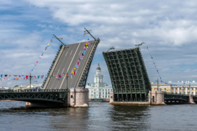 Разведённый Дворцовый мост в Санкт-Петербурге / Drawn Palace Bridge in Saint Petersburg / © Florstein CC BY-SA 4.0, FAL